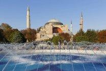 Собор Святої Софії, фонтан на Ayasofya Meydani площі Султанахмет, Стамбул, Туреччина, Європа — стокове фото