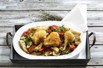 Teller mit gegrilltem Huhn auf Holztisch — Stockfoto