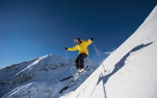 Austria, Salzburg, Mature man skiing in mountain of Altenmarkt Zauchensee — Stock Photo