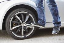 Німеччина, Баварія, Kaufbeuren, зрілою людиною зміни шин автомобіля — стокове фото