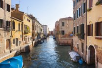 View of boats at sleepy canal in Dorsoduro at daytime, Venice, Italy — Stock Photo