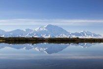 États-Unis, Alaska, Vue du mont Mckinley et reflet de l'étang au parc national Denali — Photo de stock