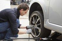 Neumático de coche cambia de hombre maduro - foto de stock