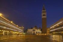 Italia, Venezia, Veduta di Piazza San Marco con torre Campanile di notte — Foto stock
