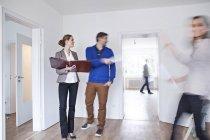Paar eine Vereinbarung mit Immobilienmakler — Stockfoto