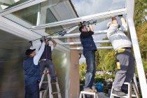Männer, die Montage Glasdach tagsüber, Rheinland-Pfalz, Deutschland — Stockfoto