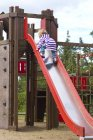 Kaukasische Mädchen Klettern am Spielplatz auf Folie — Stockfoto