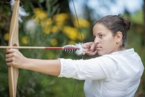 Austria, Salisburgo paese, giovane donna che mira freccia, primi piani — Foto stock