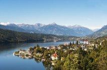 Вид на Милльзенкирхен и Миллстаттер-Зее, Каринтия, Австрия — стоковое фото