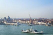 Italia, Venecia, vista del Canal Grande en la iglesia de Santa Maria della Salute - foto de stock