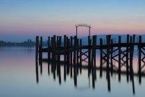 Alemania, Baden-wurttemberg, Allensbach, vista del embarcadero y lago de Constanza en el crepúsculo - foto de stock