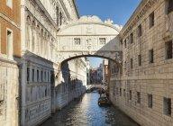 Видом на міст Зітхань на денний Венеція, Італія — стокове фото