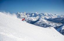 Austria, Salzburg, Young man skiing in mountain of Altenmarkt Zauchensee — Stock Photo