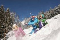 Jeunes femmes et homme jouant dans la neige à Altenmarkt-Zauchensee, Autriche — Photo de stock