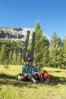 Repos en famille dans les montagnes — Photo de stock