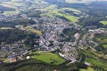 Європи, Німеччина, Рейнланд-Пфальц, вид на місто Daun — стокове фото