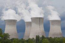 Frankreich, Rhone, Rauchen Kühltürme des Kraftwerks — Stockfoto