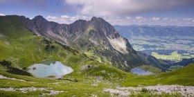 Германия, Бавария, Альгау, Альпы Альгау, верхняя и Нижняя Gaisalp озеро в горах — стоковое фото