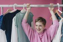Портрет усміхнена жінка, що висить на одязі — стокове фото