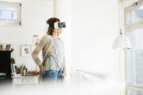 Женщина в виртуальных очках дома — стоковое фото