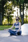 Bonito homem meditando no skatepark — Fotografia de Stock