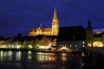 Germania, Baviera, Ratisbona, centro storico, cattedrale di Ratisbona e fiume Danubio di notte — Foto stock