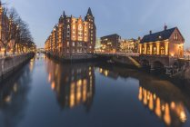 Germania, Amburgo, Speicherstadt, edificio illuminato Fleetschloesschen la sera — Foto stock