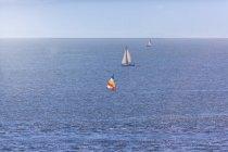 Канада, Британская Колумбия, Ванкувер, Парусные лодки в море — стоковое фото
