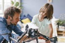 Отец и сын с дроном дома — стоковое фото