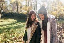Deux jolies femmes marchant dans une forêt automnale — Photo de stock