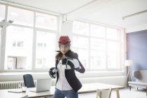 Портрет деловой женщины в хоккейном снаряжении в офисе — стоковое фото