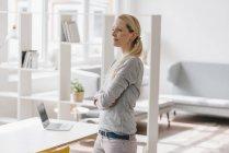 Femme debout dans le bureau loft — Photo de stock