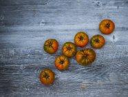Pomodori freschi sparsi sul tavolo di legno grigio — Foto stock
