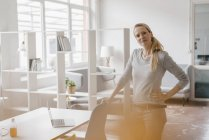 Портрет уверенной женщины в лофт-офисе — стоковое фото