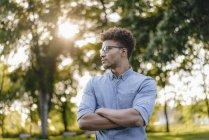 Jovem afro-americano no parque olhando ao redor — Fotografia de Stock