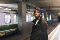 Etats-Unis, Milan, homme afro-américain en attente à la station de métro — Photo de stock