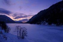 Германия, Бавария, Исарвинкель, плотина Сильвенштейн зимой на закате — стоковое фото