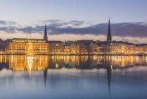 Alemanha, Hamburgo, Binnenalster, árvore de Natal, Igreja do St. James e Igreja do St. Petri na noite — Fotografia de Stock