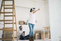 Пара в новом доме с женщиной в VR очках — стоковое фото