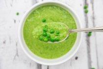 Ложка горохового супа и гороха — стоковое фото