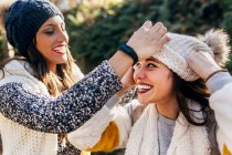 Due belle donne si divertono con cappelli di lana — Foto stock