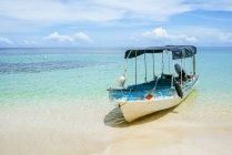 Panama, Bocas del Toro, Cayo Zapatilla, Boat moored at the beach — Stock Photo