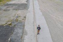 Giovane uomo d'affari utilizzando il computer portatile in solitudine, vista quadricottero — Foto stock