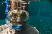 Portrait of man with diving goggles and snorkel underwater in a swimming pool — Stock Photo