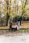 Deux femmes se relaxant dans une forêt automnale — Photo de stock