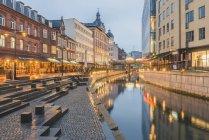 Danimarca, Aarhus, vista sulla città illuminata con il fiume Aarhus — Foto stock