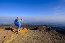 Itália, Sicília, Monte Etna, caminhante que fotografa a cratera — Fotografia de Stock
