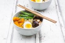 Рамен з локшиною, яйце, Хоккайдо гарбуза, мунг Розсада, акаake гриб в миску, палички для їжі — стокове фото