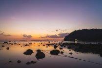 Таїланд, острови Пхі-Пхі, Ко Фі Фі, фіолетовий захід сонця на пляжі — стокове фото