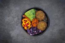 Bacia do almoço do quinoa, repolho vermelho, pimenta de sino, abacate, fritters do quinoa, ajvar e sésamo preto — Fotografia de Stock